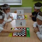 dzieci grają w warcaby