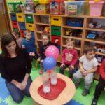 Dmuchanie balonów za pomocą sody i octu