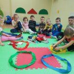 Dzieci dobieją skarpetki wg danego koloru