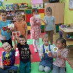 Dzieci dobrały w pary owoce