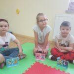 Dzieci dopasowują obrazki