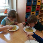 Dzieci jedzą zupę