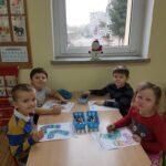 Dzieci koloruja skarpetki