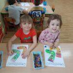 Dzieci kolorują skarpetki