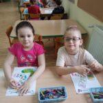 Dzieci koloruja skarpetki (2)