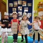 Dzieci na zdjęciu z wykorzystaniem kubeczków i rolek papieru