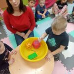 Dzieci obserwują doświadczenie co pływa co tonie