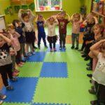 Dzieci pokazują gdzie jest głowa