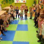 Dzieci pokazują, gdzie są kolana