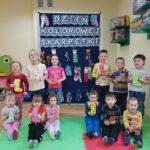 Dzieci pokazują jakie skarpetki wykonały