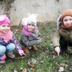 Dzieci pokazują przebiśniegi