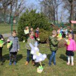 Dzieci pokazują znalezione koszyczki