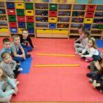 Dzieci porównują liczebność stosująć znaki mniejszości, większości, równości (1)