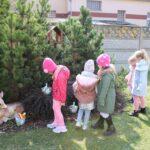 Dzieci poszukują koszyczków od zajączka