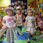 Dzieci prezentują stroje eko mody