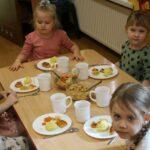 Dzieci przy stoliku podczas obiadu