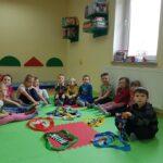 Dzieci segregują skarpetki