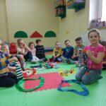 Dzieci segregują skarpetki wg danego koloru