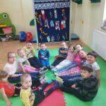 Dzieci siedzą w kółeczku