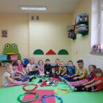 Dzieci siedzą w kółeczku, a na macia są różne skarpetki