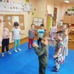 Dzieci uczą się piosenki z pokazywaniem