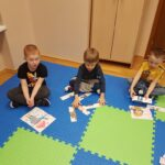 Dzieci układaja puzzle