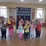 Dzieci wieszają skarpetki