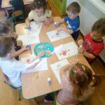 Dzieci wykonują prace plastyczną