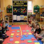 Dzieci z figurami geometrycznymi