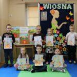 Dzieci z grupy Mrówek z pracami plastycznymi