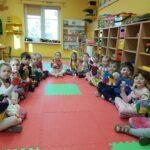 Dzieci z grupy Pszczółki wykonują przestawienie teatralne
