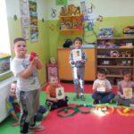 Dzieci z grupy Stokrotki liczą owoce
