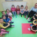 Dzieci z grupy Żabki mają kolorowe skarpetki