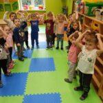 Dzieci z grupy Żuczki śpiewają piosenkę z pokazywaniem