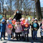 Dzieci z grupy biedronek w parku