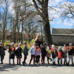 Dzieci z grupy motylków w parku