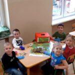 Dzieci z grupy mrówek liczą pieniążki
