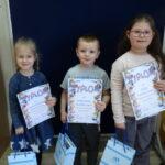 Dzieci z nagrodami z grupy Krasnoludki