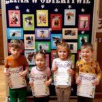 Dzieci z nagrodami z grupy Żuczki