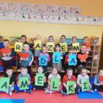 Dzieci z sercami i napisem - Razem dla Amelki