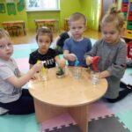 Dzieci za pomocą bibuły barwią wodę