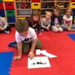 Dzieciaki Mleczaki chłopiec z grupy Biedronki rozszyfrowuje obrazek z krową