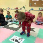 Dzieciaki Mleczaki chłopiec z grupy Bratki odszukuje produkty mleczne