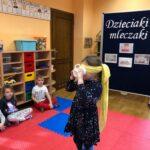 Dzieciaki Mleczaki druga dziewczyna z grupy Biedronki z zawiązanymi oczami degustuje napój mleczny