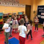Dzieciaki Mleczaki dzieci z grupy Biedronki bawią się w zabawę ruchową Krówki na łące