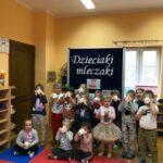 Dzieciaki Mleczaki dzieci z grupy Biedronki piją mleko