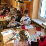 Dzieciaki Mleczaki dzieci z grupy Biedronki wycinają z gazetki reklamowej produkty mleczne