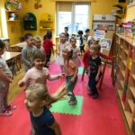 Dzieciaki Mleczaki dzieci z grupy Pszczółki bawią się w zabawę ruchową Krówki na łące