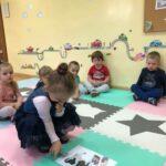 Dzieciaki Mleczaki dziewczynka z grupy Bratki odszukuje produkty mleczne