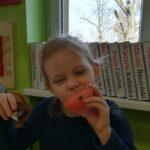 Dziewczynka je arbuza